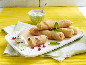 Süße Frühlingsrollen mit Mango, Bananen und Granatapfelkernen zu Minz-Joghurt-Dip Rezept