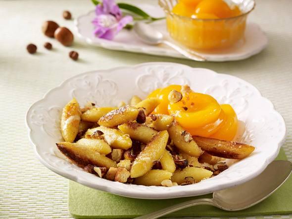 Süße Schupfnudeln mit Aprikosenkompott und Haselnüssen Rezept