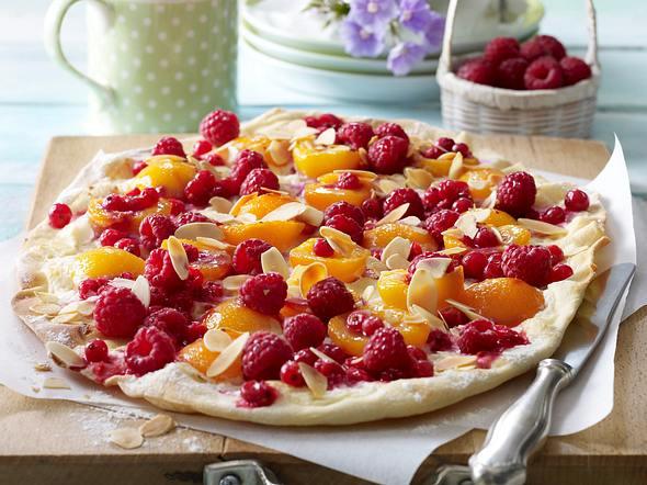 Süßer Flammkuchen mit Johannisbeeren, Aprikosen, Himbeeren und Marcarponecreme Rezept