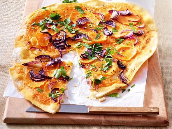 Süßkartoffel-Flammkuchen mit roten Zwiebeln, Petersilie und Harissa-Crème fraîche Rezept
