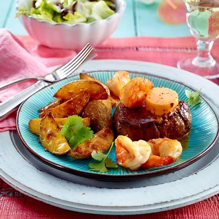 Surf and turf mit Kartoffelwedges und Caesar's Salad Rezept