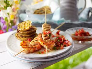 Surf & Turf for Girls (Hähnchenfilet-Spieß mit Garnelen vom Grill dazu Kartoffelchips und Tomaten-Chili-Salsa) Rezept