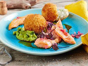 Gebackene Sushireisbällchen zu Lachs mit Zwiebeldressing und Avocadocreme Rezept