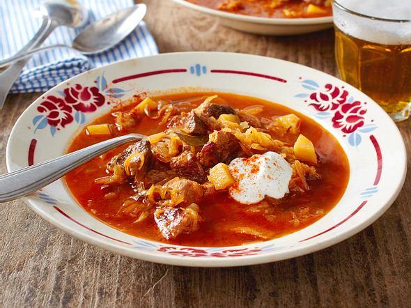 Szegediner Gulasch-Suppe mit Sauerrahm Rezept