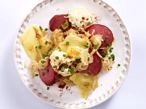 Szegediner-Pfännchen mit Kabanossi, Sauerkraut, Paprikafrischkäse und Raclettekäse Rezept