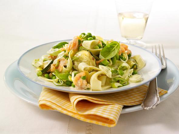 Tagliatelle mit grünem Gemüse und geräuchertem Lachs Rezept