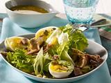Thunfischsalat mit halbierten Eiern, und Kapern-Vinaigrette Rezept