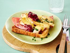 Toast mit Birnenspalten, Kochschinken, Gouda und Preiselbeeren Rezept