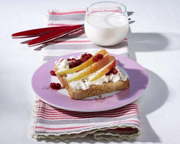 Toast mit Frischkäse, Birnen und Preiselbeer-Kompott Rezept