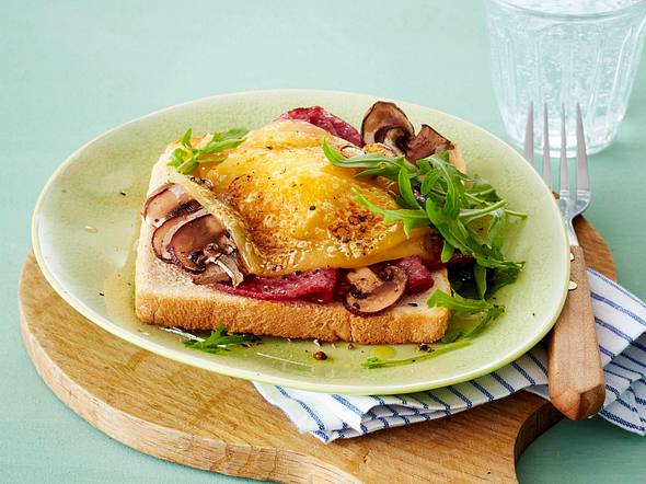 Toast mit Salami, Champignons, Rauke und Bergkäse Rezept
