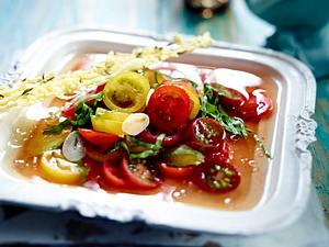 Tomaten-Bouillon mit roten und gelben Kirschtomaten und Sauerapfer Rezept