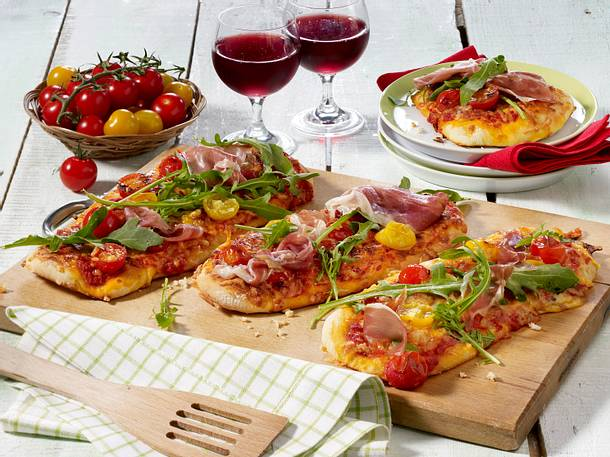 Tomaten Pizza mit Schinken Rezept