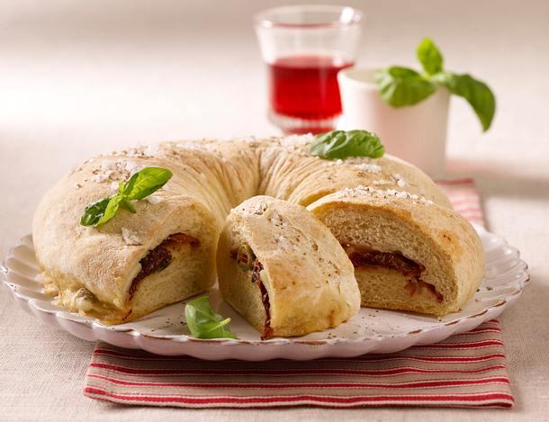Tomatenbrotring mit Parmaschinken und Mozzarella Rezept