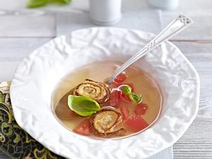 Tomatenconsomme mit knusprigen Tortilla-Schnecken Rezept