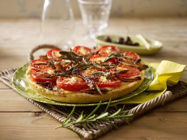 Tomatenkuchen mit Ziegenfrischkäse, Salbei und Parmaschinken Rezept