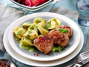 Tortelloni in Kräuterrahmsoße zu gebratenen Schweinefiletscheiben und Rote-Bete-Salat Rezept