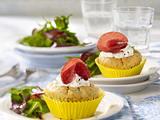 Tsatsiki-Muffins mit Lamm-Salami und Baby-Salat Rezept