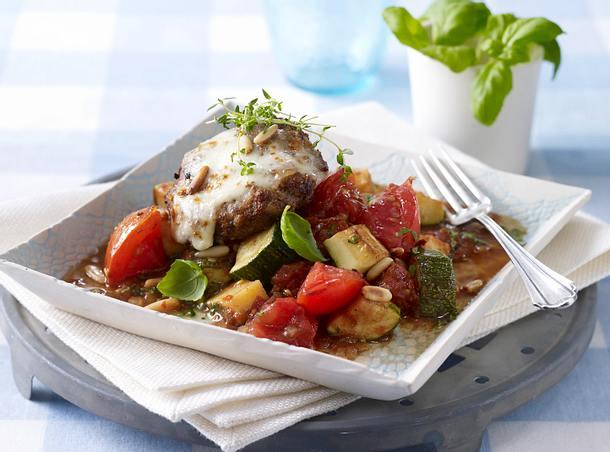 Überbackene Frikadellen mit Mozzarella zu Zucchini-Tomatengemüse und Pinienkernen Rezept