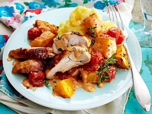 Überbackene Hähnchenteile mit Sahnekürbis und Tomaten Rezept