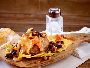 Überbackene Mett-Steaks mit Nachos und Käsesoße Rezept