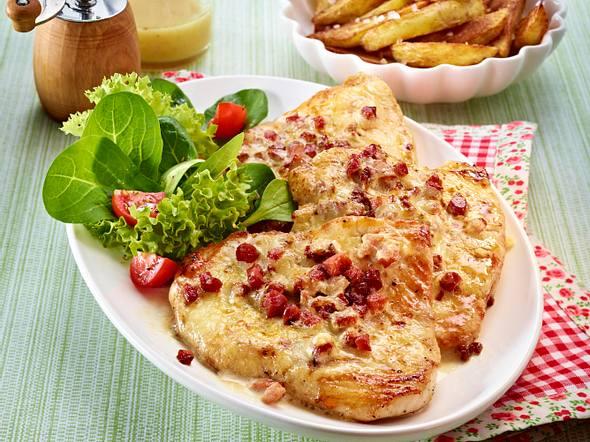 Überbackene Putenschnitzel mit Kartoffelspalten Rezept