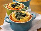Überbackene Spinat-Nudel-Nester in Tomatensoße Rezept