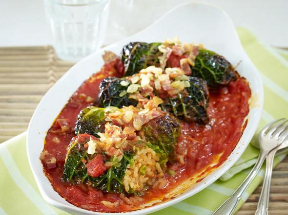 Überbackene Wirsingröllchen in Tomatensoße Rezept