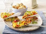 Überbackenes Omelett mit Salami, Paprika, Oliven und Lauchzwiebel Rezept