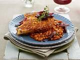 Überbackenes Schweinkotelett mit Cornflakeskruste zu baked beans und Rotweinschalotten Rezept