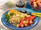 Vanille-Bandnudeln mit marinierten Erdbeeren und Melonenkugeln Rezept