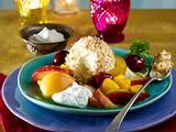 Vanilleeis im Kokosmantel zu Obstsalat und Joghurt-Sahne Rezept