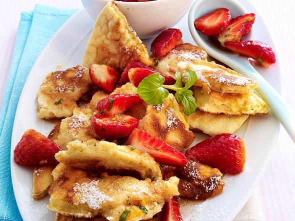 Vanilleschmarrn mit marinierten Erdbeeren Rezept