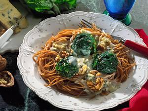 Vollkornnudeln mit Spinatkugeln und Gorgonzolasoße Rezept