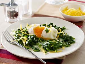 Wachsweiche Eier auf Spinat in Käsesahne Rezept