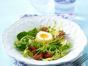 Wachsweiche Eier im Kokos-Zwiebackmantel auf Spinatsalat mit geschmolzenen Tomaten und Frisée Rezept