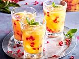 Weihnachtlicher Cocktail mit Granatapfel und Orangensaft Rezept