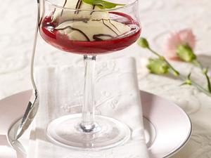 Weinschaumcremenocken mit Schokostreifen auf Himbeermark Rezept