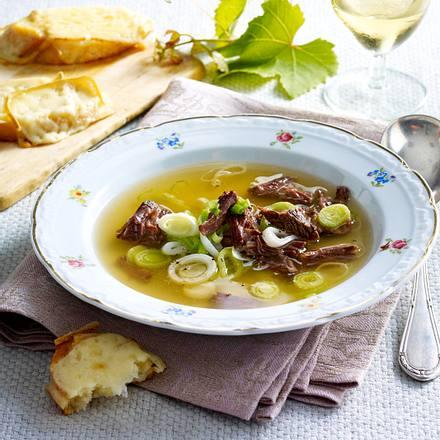 Weinsuppe mit Porree und mit Käse überbackenen Brotscheiben Rezept