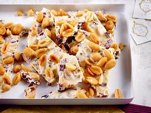 Weiße Schokolade mit Erdnüssen und Cranberrys Rezept