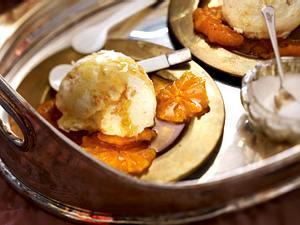 Weiße Schokoladenmousse mit Waffelbröseln und Mandarinen Rezept