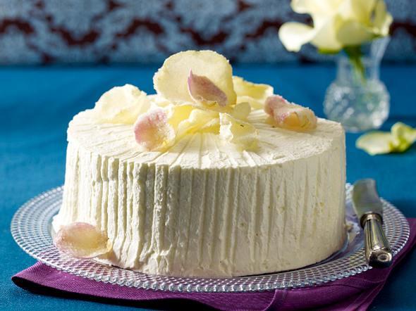 Weiße Schokoladentorte mit Rosenblättern Rezept
