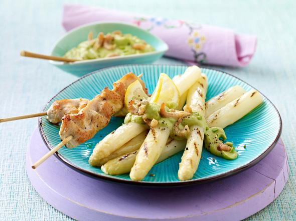 Weißer gegrillter Spargel mit Avocado-Krabben-Guacamole zu Hähnchen-Satéspießen Rezept