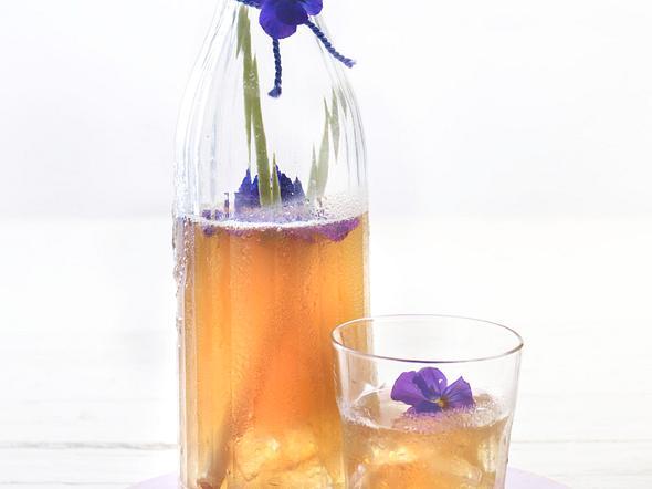 Weißer Zitronengras-Eistee mit Hornveilchen Rezept
