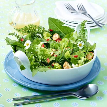 Wiesen-Salat mit gebratenen Pilzen in Tomatenvinaigrette Rezept