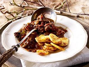 Wild-Stifado mit gebackenen Kartoffelscheiben Rezept