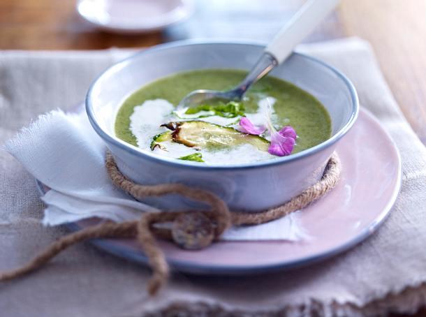 Wildkräuter-Cremesuppe mit Zucchini-Chips Rezept
