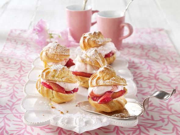 Windbeutel mit Erdbeercreme und Rhabarberkompott Rezept