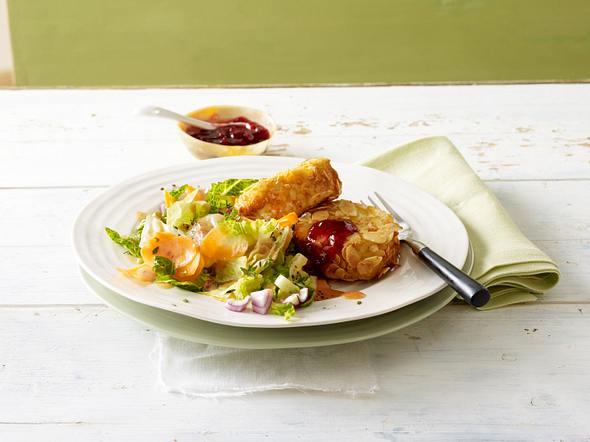 Winterlicher Salat mit Camembert in Mandelhülle Rezept
