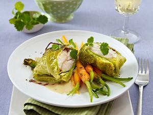 Wirsing-Fischpäckchen mit Currycreme zu glasierten Koriander-Möhren und Basmatireis Rezept
