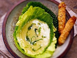 Wirsingsuppe im Wirsingblatt mit Sesam-Filo-Sticks Rezept